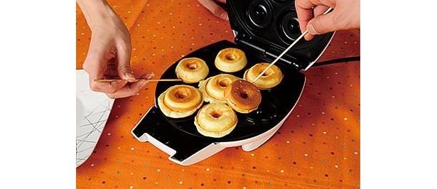 フタを閉めて2〜3分待ち、ほどよく焼き色がついたら、竹串でドーナツを取り出して完成!