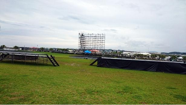 【写真を見る】解体が着々と進むライブ会場のメインステージ