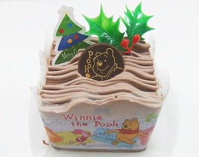 クリスマス気分も満喫できそう。くまのプーさんチョコショートケーキ(262円)