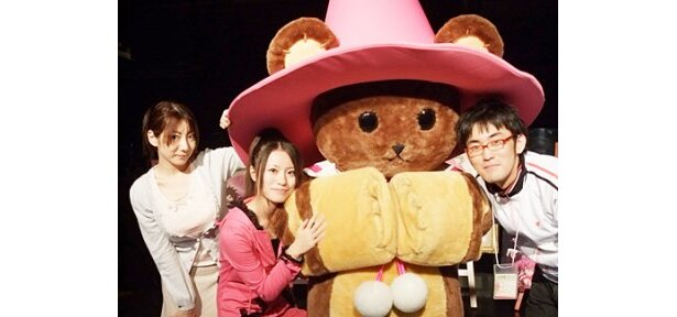 マスコットキャラクターのタイニーと共に記念撮影する原田ひとみ、安部美央、竹内幸輔(写真左から)