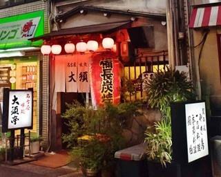 17:00にオープンしたらすぐに常連で賑わうカウンター。大皿に盛られた総菜も人気