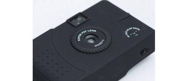 """オールブラックの軽量カメラ""""BLACK SLIM DEVIL 35mm""""(2940円)"""