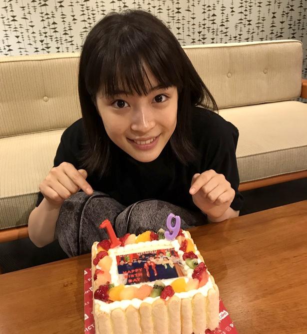 【写真を見る】特製ケーキで祝福された広瀬すずは、目をきらきらさせて喜んだ