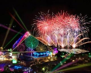 ライティングが緻密に連動したショーがエンタテインメント性抜群の「花火シンフォニア -meets Sky Light Magic-」
