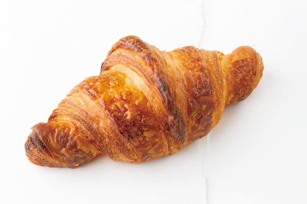【写真を見る】口溶けがよく香り豊かなフランス産レスキュールバターを使用した「クロワッサン・フランセ」(519円)