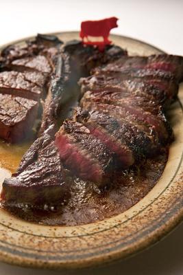 2004年、マンハッタンに創業以来、美食家たちをとりこにしてきた人気メニュー「ステーキfor two」(1万7280円※2名用)