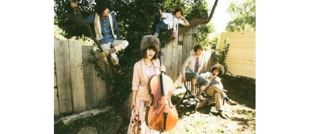 注目の5人組音楽団・のあのわ。写真左よりゴウ(ギター)、Yukko(ボーカル&チェロ)、本間シュンタ(ドラム)、青山リク(キーボード)、nakame(ベース)
