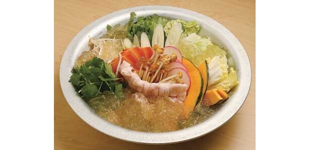 自然農法で育てられた野菜や産地にこだわった豚肉など、素材にこだわった料理店の「コラーゲン鍋」(1人前1575円)は、絶品だ