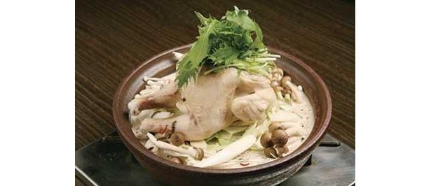 円錐形のフタをして蒸しながら煮立てる「白湯タジン鍋」