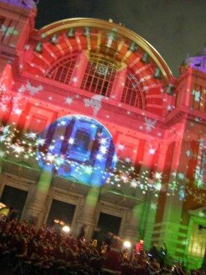 「大阪市中央公会堂」に、鮮やかな「光絵画」が照射!