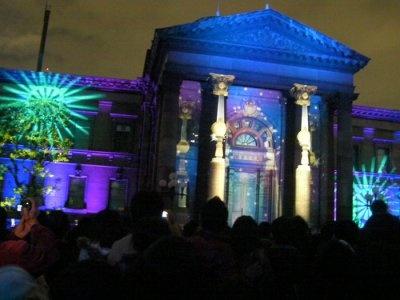 中之島図書館入り口の壁面に光の演出「ウォールタペストリー」が!