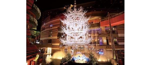 雪が舞う「キャナルシティ博多」。名物の「森のシャンデリア」のほか、クリスマスライブやフォトコンテスト、サンタ登場などのイベントも見逃せない