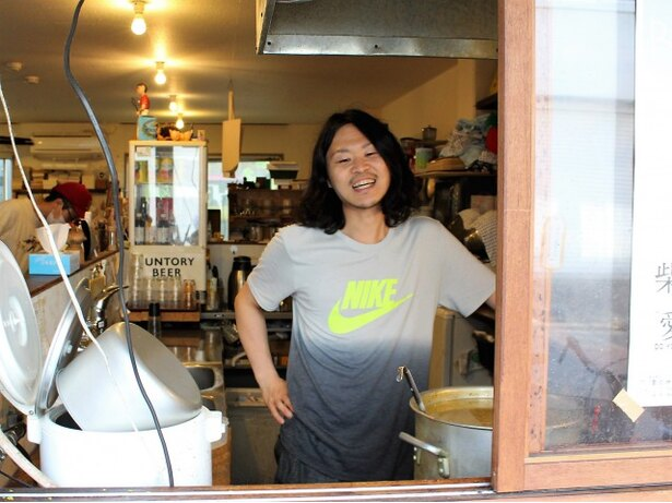 店主の谷口智康さん。営業中はカウンター内でカレー作りに黙々と励むため、休みの日が待ち遠しらしい(笑)