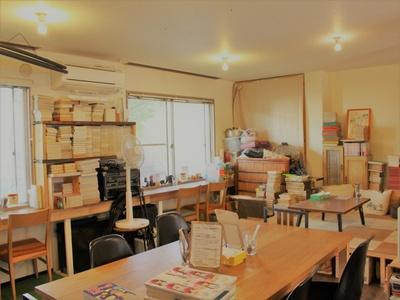 """古本や雑貨、服などを扱う""""FOLK old book store""""の1階で食べられる。カウンター、テーブル、座敷と何げに使い勝手がいい"""