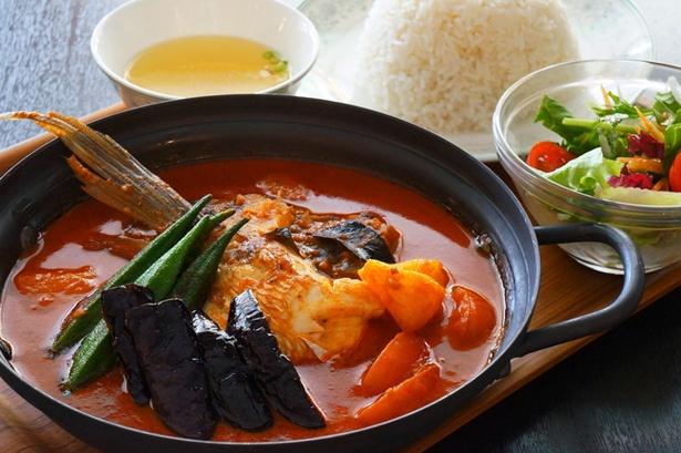 【写真を見る】魚の頭を丸ごと煮込んだシンガポール名物のカレー「フィッシュヘッドカレー」(1620円)