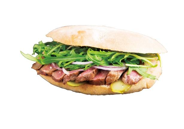 「ステーキサンド ソルト&ペッパー」(1200円)は、はみ出るほどのステーキが食欲をそそる