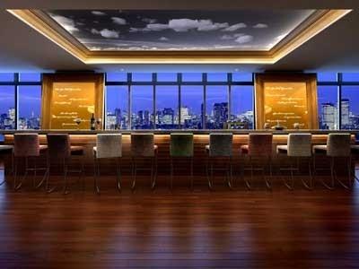 33階の「オールデイラウンジ」。海越しに都心の摩天楼を一望できる
