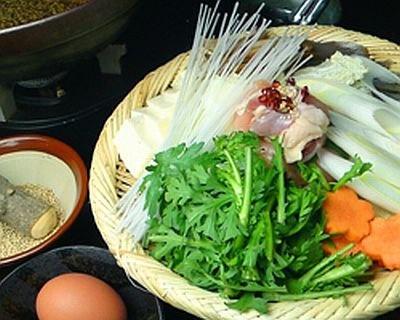 龍馬の好物だと伝わる「軍鶏鍋」(1人前1280円)。大山産の軍鶏を使った軍鶏すきと、塩味鍋から選べる/幕末居酒屋 やんなはれ