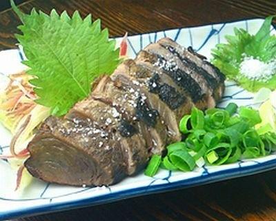 店で炙る、土佐名物の「カツオのワラタタキ」(880円)。ワラで炙ることで香りとうま味がアップ!/幕末居酒屋 やんなはれ