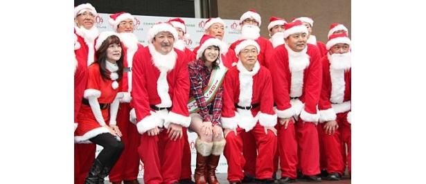 総勢100人のサンタクロースたちと、おもちゃのPR活動を行った南沢奈央