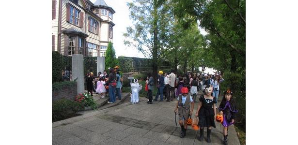 外交官の家の前にはキャンディを求める行列が!