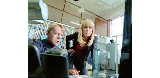 今回、彼が演じるのはFBI捜査官。険しい表情が事件の困難さを表している