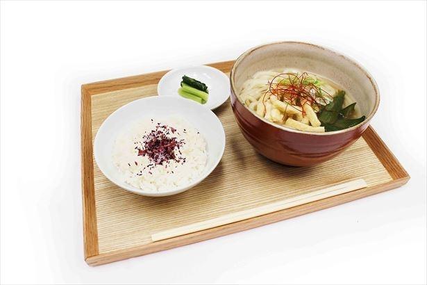 ほうじ茶出汁とオクラのおうどん(単品880円、ご飯・漬物付1080円)