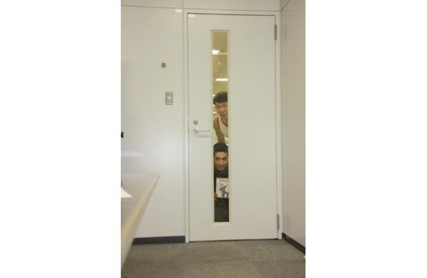 会議中、扉の向こうに怪しい人影が…