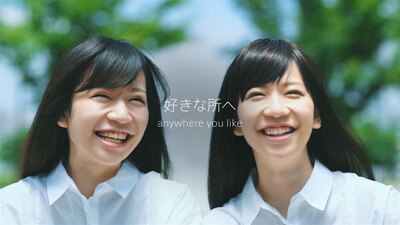 【写真を見る】見分けがつかないほどそっくり!ポタリングを楽しむ双子姉妹に注目
