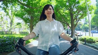 降り注ぐ木漏れ日を浴びながら、自転車を走らせる女性。緑豊かな美しい景色は癒し度満点だ
