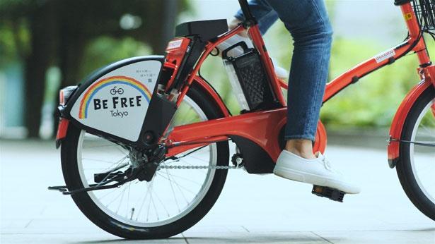 「BE FREE Tokyo」プロジェクトのロゴがデザインされた、赤い自転車に乗っていざ出発!