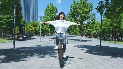 自転車から両手を離しているように見えるが、よーく見ると…?