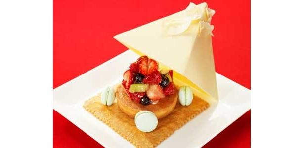 100個限定の「イルミネーションツリーケーキ」(3500円)。日本庭園のイルミネーションツリーをホワイトチョコレートで表現したフルーツタルトだ