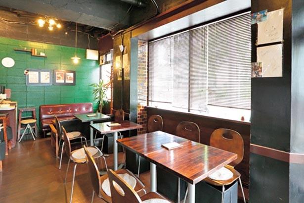 大きな窓から靱公園が眺められる居心地のいい店内。さりげなくおしゃれな雰囲気が漂う/開元カフェ
