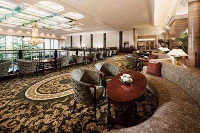 吹き抜けの開放的な店内でくつろぎの時間を/ホテル阪急インターナショナル ティーラウンジ「パルテール」