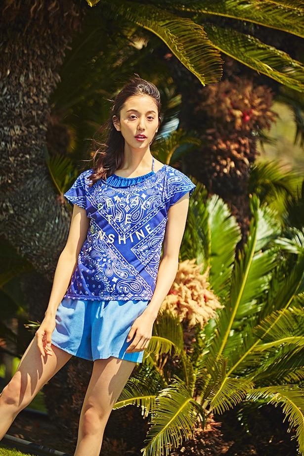 バンダナプリントのTシャツはトレンド感たっぷりのデザイン