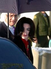 マイケル・ジャクソン次男、すっかり大きくなってもロン毛と極太眉は健在!