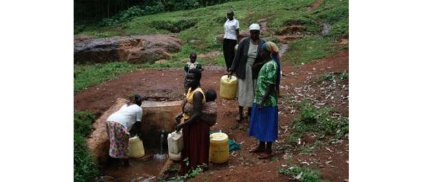 """水を求めて集まる人々。現在、世界中では""""水""""に関する諸問題が頻発している"""