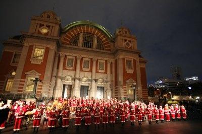サンタの扮装で華やかな演奏を奏でる、大阪桐蔭高校吹奏楽部