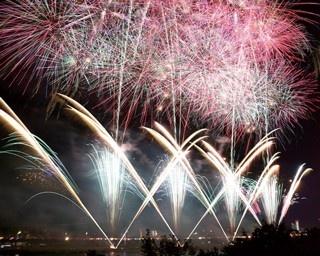 花火師の創作スターマインが夜空を彩る「第71回海の日名古屋みなと祭花火大会」