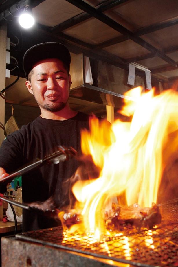 【写真を見る】豪快な炭火で焼く絶品料理をご堪能あれ