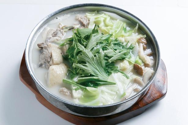 鶏ガラスープに野菜や肉の旨味が溶け込む「鶏ガラ鍋(博多水炊き)」(1,2人前1600円)