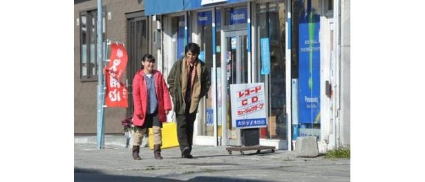 剛は同級生のサキと再会し、生まれ育った町をあらためて見詰め直していく