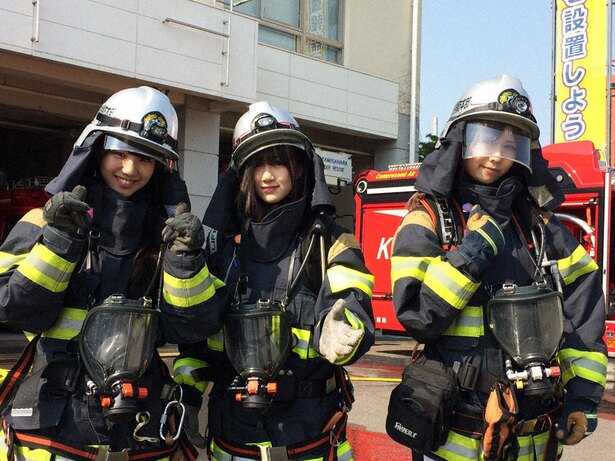 防火服を着て放水訓練に臨む末永桜花、水野愛理、佐藤すみれ(写真左から)