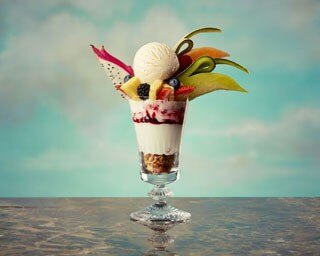 魅力的なオリジナルスイーツが勢ぞろい!バニラアイスクリームや、常夏のフルーツをふんだんに盛り付けた贅沢なパフェも登場
