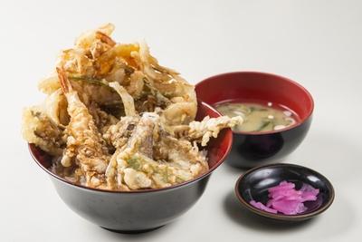 ほかでは真似ができないほどの山盛りの天ぷらがうれしい