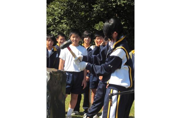 女子生徒も積極的に参加。初めての作業に見ている男子生徒もドキドキ