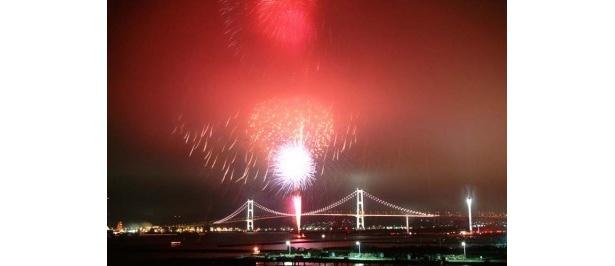 【白鳥大橋カウントダウン2010】カウントダウンの後、クラッカーを鳴らして花火が打ち上がる。ライトアップされた橋と夜空を彩る花火はまさに壮観だ