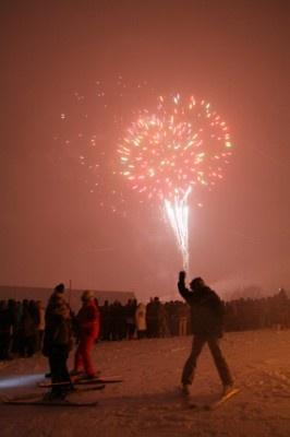 【ニューイヤーカウントダウン&第34回たいまつ滑走】スキーヤーやスノーボーダーが掲げるたいまつの明かりがゲレンデを彩る