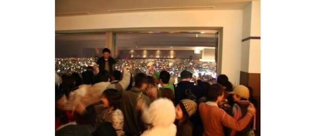 【そらの年越し@T38】札幌の夜景を眼下に眺めながら、カウントダウンではワイングラスを掲げて乾杯